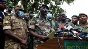 Le porte-parole des putschistes du CNSP, Ismael Wagué, s'adresse à la presse le 19 août, au lendemain d'un coup d'État qui a amené la démission du président malien Ibrahim Boubacar Keïta.