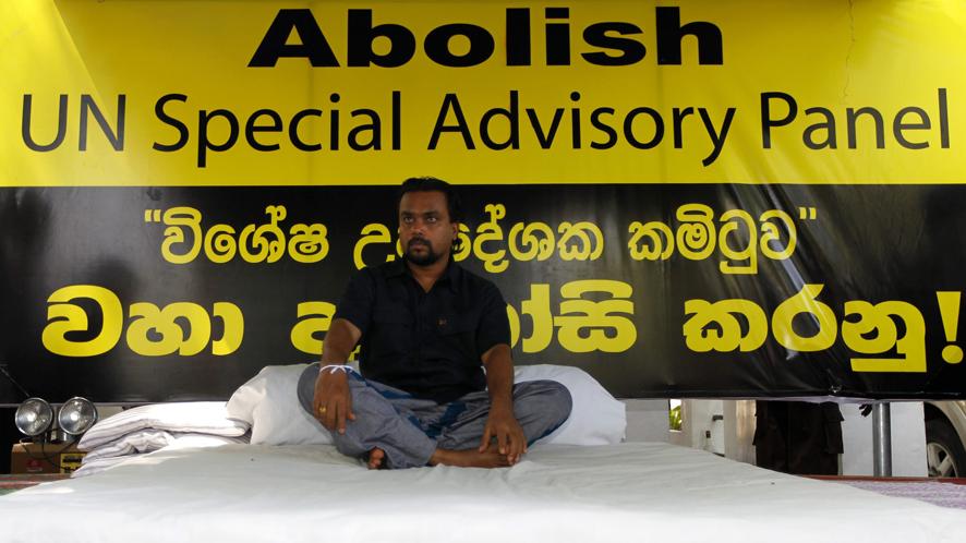 Wimal Weerawansa a entamé une grève de la faim devant les locaux de l'ONU à Colombo pour protester contre la création d'un groupe d'experts chargé d'étudier les allégations de violations des droits de l'homme lors des derniers mois de la guerre civile.