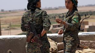 Các nữ chiến binh thuộc lực lượng người Kurrdistan tại một chốt phía đông thành phố Raqqa ngày 09/06/2017.