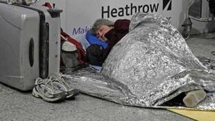 Passageira de voo cancelado no Aeroporto de Heathrow, em Londres.