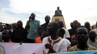 Le coordonnateur général de la plateforme E zingo Biani Gervais Lakosso (au micro), harangue la foule, à l'issue de la manifestation, à Bangui, le 30 septembre 2019.