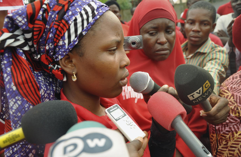 Isaac Rebecca, une des «Chibok's Girls» rescapée des camps de Boko Haram, s'adresse à la foule lors d'une manifestation du groupe «Bring Back Our Girls» devant la résidence présidentielle à Abuja. Nigeria, le 14 octobre 2014.