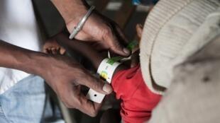 Un médecin examine un enfant de quinze mois en état de sous-nutrition, dans le village de Imongy, au sud de Madagascar, le 4 mars 2015 (photo d'illustration).