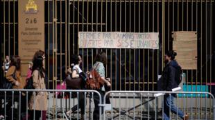 Entrada de um anfiteatro que está bloqueado na Universidade de Nantes, enquanto os estudantes protestam contra a reforma da universidade, em Nantes, França, em 5 de abril de 2018.