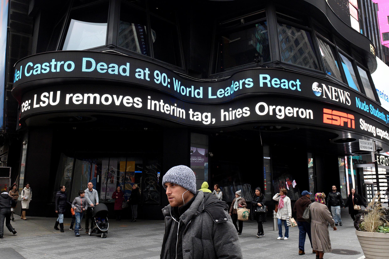 Anúncio da morte do líder revolucionário cubano Fidel Castro em Times Square, Manhattan em Nova York, nos EUA, em 26 de novembro de 2016.