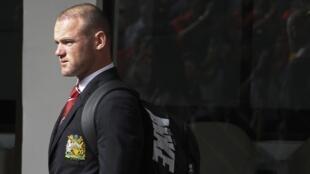 Dan wasan Manchester Wayne Rooney a lokacin da ya ke sauka da jirgi domin wasan sada zumunci tsakanin Manchester da Singha All Stars na Thailand