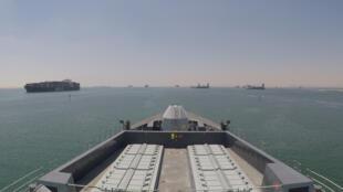 Khu trục hạm Anh HMS Duncan băng qua kênh đào Suez để hộ tống tàu treo cờ Anh băng qua eo biển Ormuz. Ảnh công bố ngày 28/07/2019.
