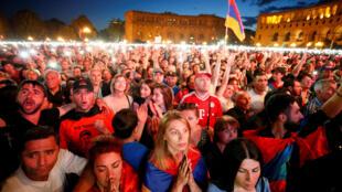 Des militants de l'opposant arménien Nikol Pachinian réagissent après son échec à se faire élire Premier ministre, à Erevan, le 1er mai 2018.