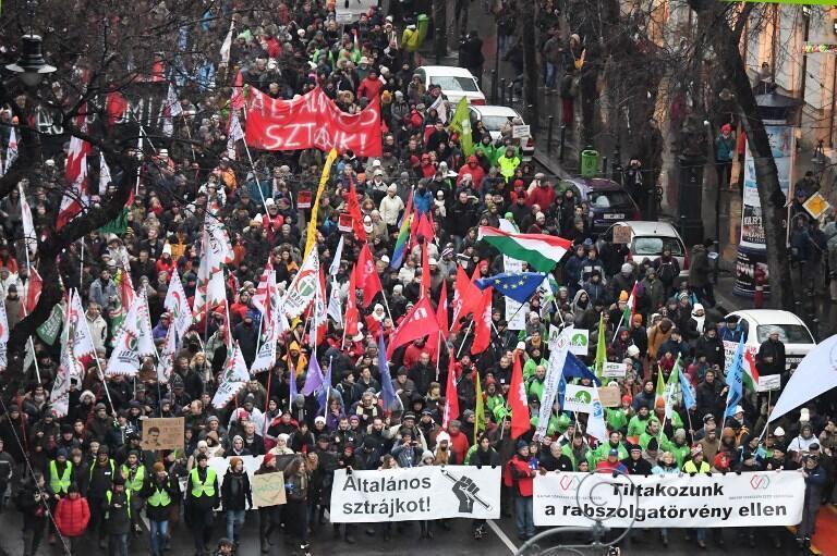 En Hongrie, la contestation ne faiblit pas. 匈牙利民众示威