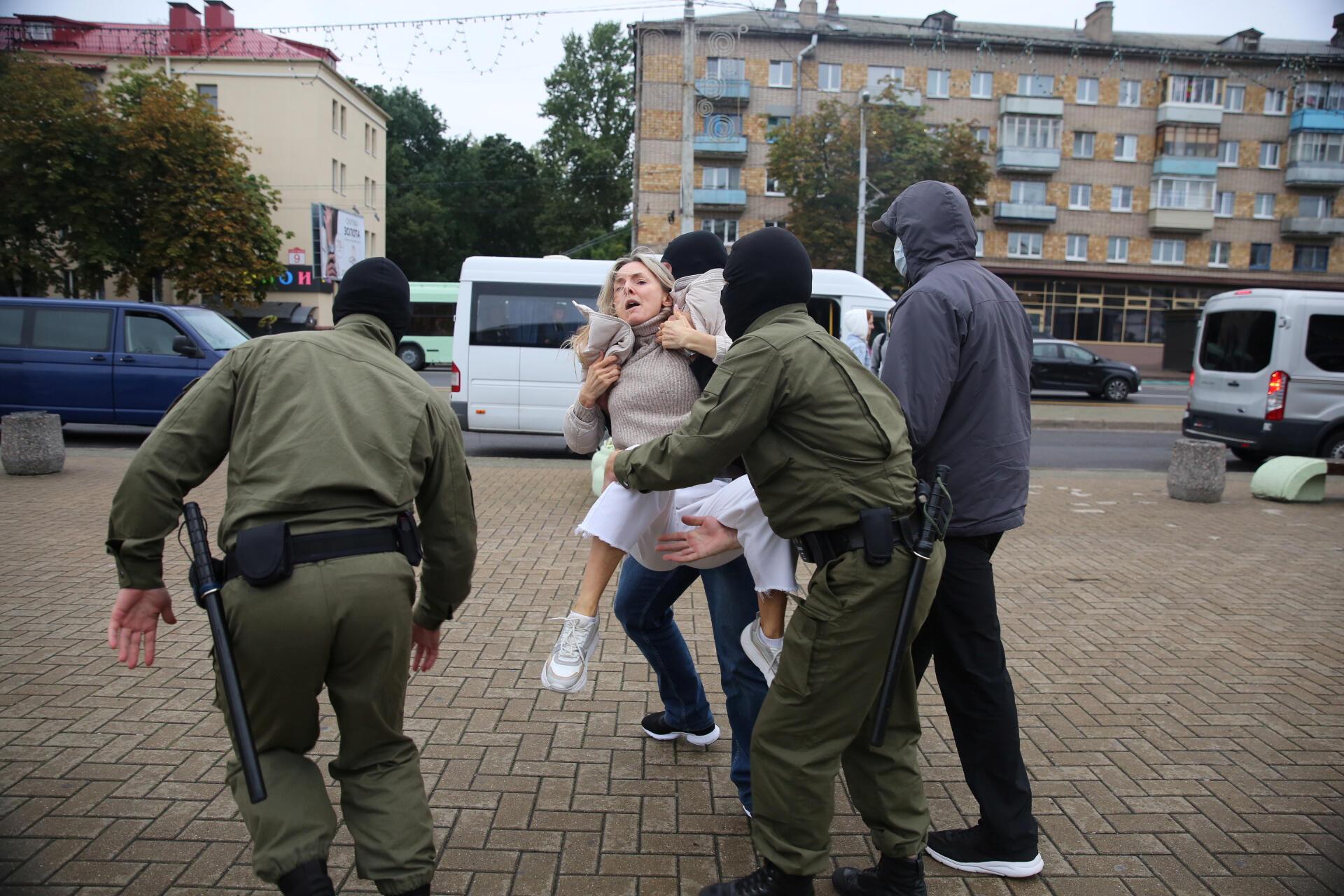 8 сентября. Минск. На следующий день после похищения Марии Колесниковой белорусские силовики задерживают на улице протестующих, вышедших на акцию в ее поддержку.