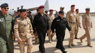 Thủ tướng Irak Haider al-Abadi (áo đen bên phải) tới Mossoul ngày 09/07/2017 ngay sau khi quân đội thông báo chiếm lại toàn bộ thành phố.