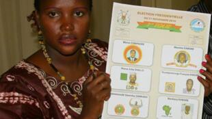 Une employée de la commission électorale montre la liste des candidats à l'élection présidentielle au Burkina Faso. Ouagadougou, le 21 novembre 2010.