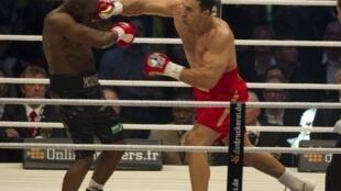 Wladimir Klitschko assène un coup à Jean-Marc Mormeck.