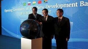 Kundapur Vaman Kamath, presidente do banco,  Lou Jiwei, ministro das Finanças da China, e Yang Xiong, prefeito de Xangai