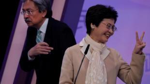 香港2017年特首选举竞选人曾俊华(左)与林郑月娥3月14日在一次辩论会之后。