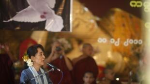 Aung San Suu Kyi lors d'un discours pour le 20e anniversaire de son prix Nobel, dans un monastère à Rangoon, le 10 décembre 2011.