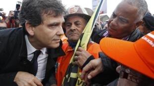 Arnaud Montebourg face aux employés d'ArcelorMittal, après sa rencontre avec les syndicats, le 27 septembre 2012, à Florange.