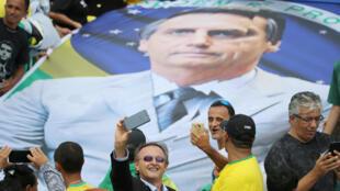Les partisans du nouveau président brésilien, Jair Bolsonaro, réunis devant le palais de Planalto, avant la cérémonie d'assermentation de Bolsonaro à Brasilia, au Brésil, le 1er janvier 2019.