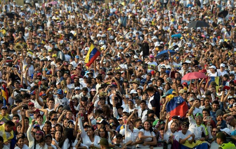 """Milhares de pessoas convergiram para Cucuta, localidade da Colômbia que faz fronteira com a Venezuela onde decorre o """"Venezuela Live Aid"""""""