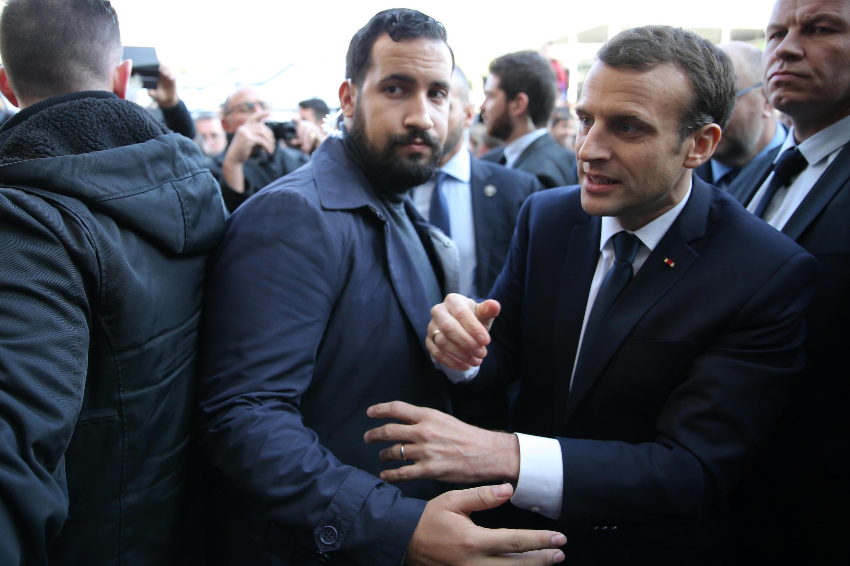 Александр Беналла сопровождает Эмманюэля Макрона во время посещения сельскохозяйственного салона в Париже, февраль 2018.