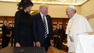 Дональд и Мелания Трамп на встрече с папой римским Франциском в Ватикане, 24 мая 2017.