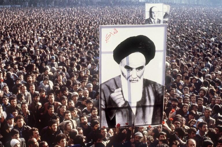 Des manifestants brandissent un portrait de l'ayatollah Khomeiny, en janvier 1979 lors d'une mobilisation contre le shah.