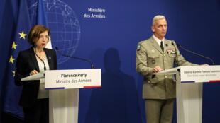 La ministre française de la Défense Florence Parly et le chef d'état-major des armées François Lecointre lors de la conférence de presse après la libération au Burkina Faso de quatre otages, dont deux Français, à Paris, le 9 mai 2019.