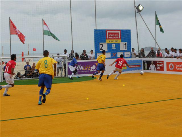Match de football sur la plage de Copacabana, lors du Homeless World Cup qui a lieu au Brésil cette année.