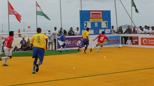 Match de football sur la plage de Copacabana, lors du Homeless World Cup qui a lieu au Brésil en 2010.
