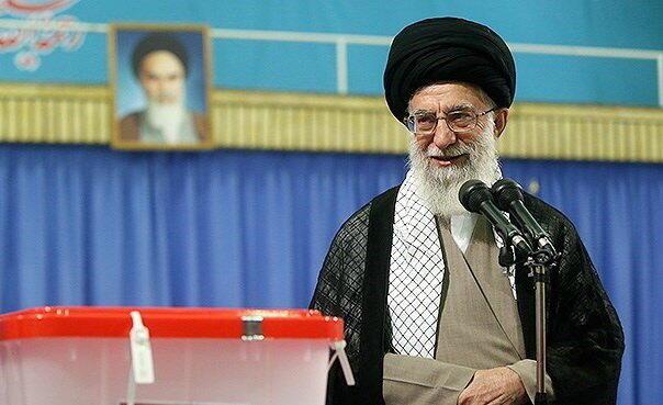 آیت الله خامنهای صبح جمعه در حسینیه امام خمینی رای خود را به صندوق انداخت