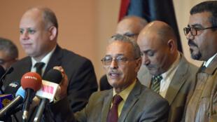 Au centre, Ibrahim Fethi Amish, du Parlement libyen reconnu par la communauté internationale, lors d'une conférence de presse, le 6 décembre 2015.