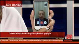 圖為土耳其軍事政變當夜總統埃爾多安通過手機社交平台連線全國呼籲民眾上街制止軍事政變