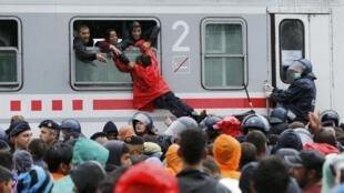 """اعزام پناهندگان از ایستگاه قطار شهر """"تووارنیک"""" در شرق کرواسی به مرز مجارستان . ٢٩ شهریور/ ٢٠ سپتامبر ٢٠١۵"""