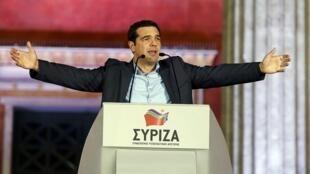 លោក Alexis Tsipras ប្រមុខដឹកនាំគណបក្សស៊ីរីហ្សា នៅយប់ថ្ងៃអាទិត្យ ២៥មករា ២០១៥ នៅក្រោយពេលដឹងថាគណបក្សរបស់លោកទទួលជ័យជម្នះក្នុងការបោះឆ្នោត
