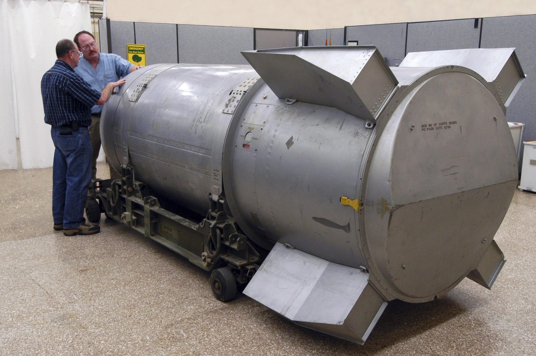 Des ouvriers examinent la bombe B-53 dans l'usine Pantex, la seule aux Etats-Unis où des armes nucléaires sont encore fabriquées, entretenues et démantelées, à Amarillo (Texas).