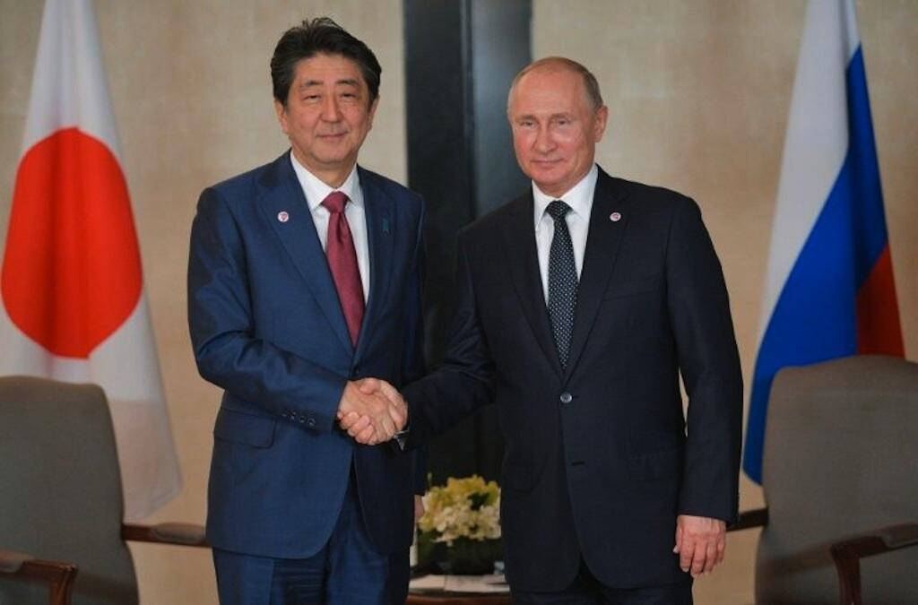 Rais wa Urusi Vladimir Putin na Waziri Mkuu wa Japan Shinzo Abe huko Singapore tarehe 14 Novemba 2018.