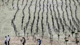 День памяти погибших во время землетрясения на Гаити. Одно из мест массовых захоронений жертв