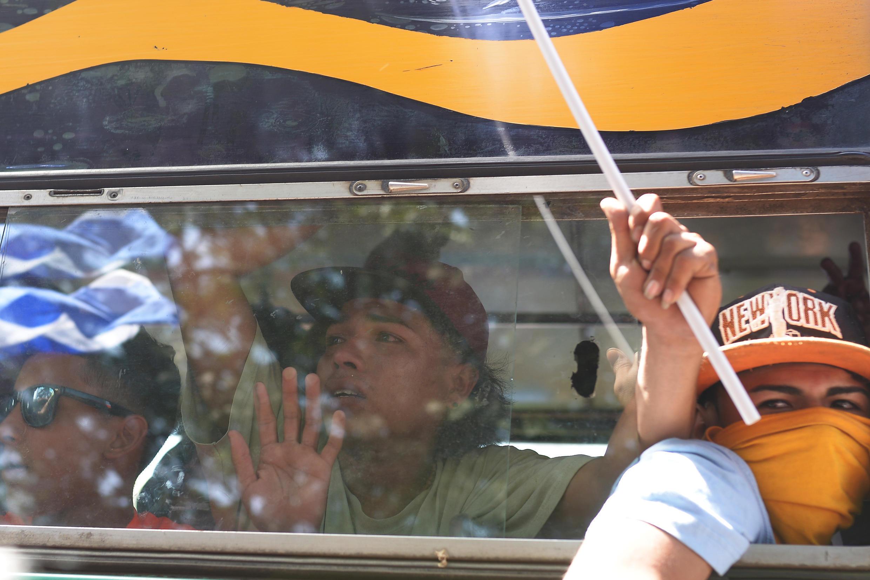 Des étudiants de l'Université nationale autonome du Nicaragua (UNAN), qui se sont cachés pendant la nuit dans une église alors que les forces gouvernementales les attaquaient, arrivent à la cathédrale de Managua, le 14 juillet 2018.
