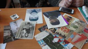 Des mères montrent les photos de leurs proches disparus