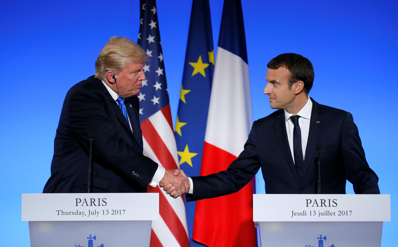 Os presidentes da França, Emmanuel Macron (d), e dos Estados Unidos, Donald Trump, falaram dos elos históricos entre os dois países, apesar das divergências sobre o combate ao aquecimento climático.