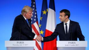 Les présidents de la France, Emmanuel Macron (d) et des États-Unis, Donald Trump (g) ont parlé des liens historiques qui unissent les deux pays, malgré les divergences de vue sur le rechauffement climatique.Paris, le 13 juillet 2017.