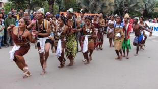 Danseurs de la région Androy, lors du carnaval de Madagascar, les 17, 18 et 19 juin 2016, à Antananarivo.