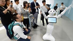 La commercialisation du robot Pepper auprès du grand public est prévue en février 2015, pour un tarif relativement raisonnable de 1500 euros.