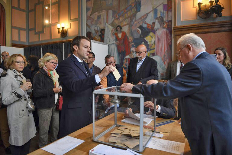 """امانوئل ماکرون، نامزد جنبش """"در حرکت""""، در شهر """"توکه"""" در شمال فرانسه رأی خود را به صندوق انداخت."""