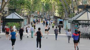 Бульвар Рамбла в Барселоне. 2 мая 2020 г. В Испании с 26 апреля разрешили прогулки в течение часа и индивидуальные занятия спортом.