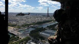 Deux hélicoptères Caïman survolent Paris pour une répétition du défilé aérien du 14-Juillet.