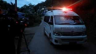 Jornalistas fotografaram uma ambulância que eles acreditam estar transportando dois meninos extraídos de caverna na Tailândia.