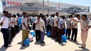 Ces migrants soudanais attendent d'être renvoyés chez eux à l'aéroport international de Benghazi en Libye, le 8 août 2019.