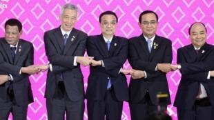 中國總理李克強2019年11月3日在曼谷出席東盟-中國峰會後與各國領導人合影(李克強左為新加坡總理李顯龍,右為泰國總理帕育。