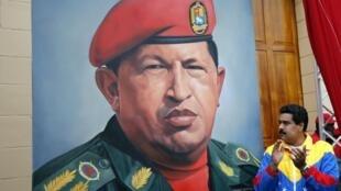 Mataimakin Shugaban Vanezuela Nicolas Maduro  kusa da hoton Shugaba Hugo Chavez